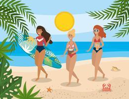 Donne che camminano con bevande e tavola da surf sulla spiaggia vettore