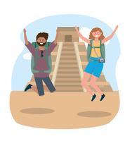 Turisti maschii e femminili che saltano davanti al tempio dell'iscrizione