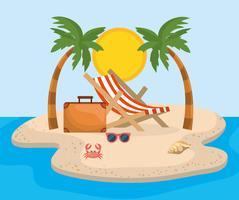 Sedia a sdraio con valigia con palme sulla sabbia