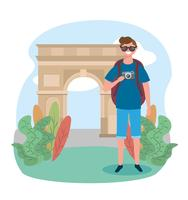 Turista maschio di fronte all'arco di trionfo vettore