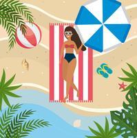 Vista aerea della donna che si rilassa sull'asciugamano alla spiaggia vettore