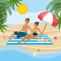 Coppie che si rilassano sull'asciugamano sotto l'ombrello alla spiaggia