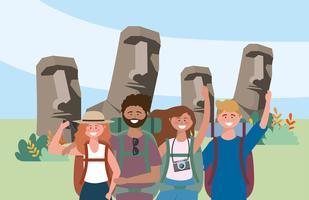 Gruppo di uomini e donne turisti davanti alle statue dell'isola di pasqua