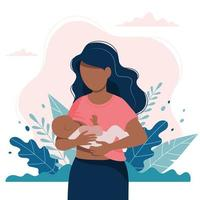Donna che allatta al seno un bambino con il fondo delle foglie e della natura