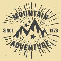 Timbro vintage avventura di montagna vettore