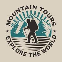 Design a t-shirt con tema escursionistico vettore