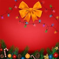 Rami di albero di Natale con ornamenti su sfondo rosso con fiocco e luci