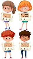 Insieme di bambini che tengono il foglio di lavoro di matematica