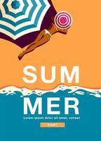 manifesto verticale di estate con la donna che pone sulla spiaggia