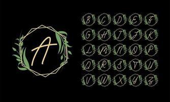 alfabeto dorato in cornice con foglie verdi