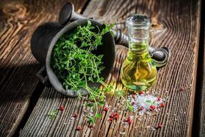 mortel met levendige kruiden en specerijen