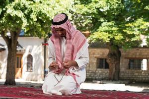 jonge moslim man bidden