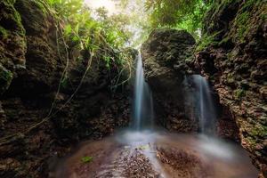 waterval in het bos van thailand