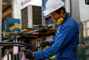 jonge mannelijke technicus op het werk