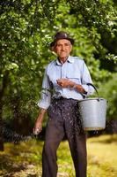 oude boer bemesten in een boomgaard