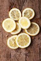 stapel plakjes citrusvruchten. citroenen. op houten tafel