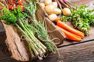 diverse verse groenten op schors