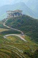 oude structuur van chalet op de top van de berg Saba