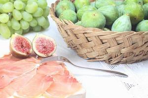 gesneden prosciutto crudo en vijgen