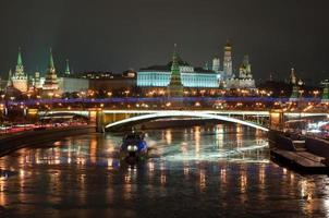 het kremlin van Moskou 's nachts.