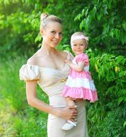 portret van gelukkige jonge moeder en babydochter