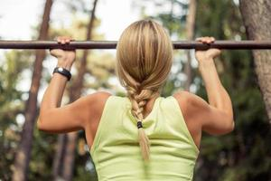fit vrouw doet pull-ups