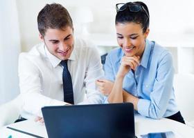mensen uit het bedrijfsleven werken op kantoor met laptop.
