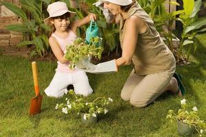 meisje en grootmoeder tuinieren