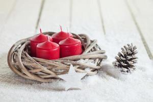 krans, rode kaarsen, houten ster, dennenappel, kopie ruimte