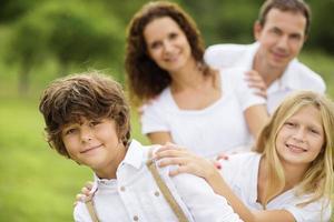 grote familie is ontspannen in de groene natuur